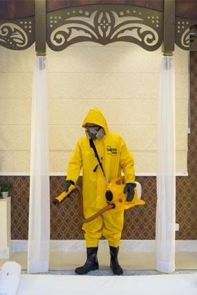 Profissional higieniza ambiente como uma das medidas preventivas contra o coronavírus