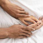 Casal emandando energia sexual com técnicas milenares